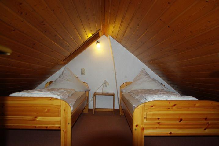 Offenes Galeriezimmer mit zwei Einzelbetten