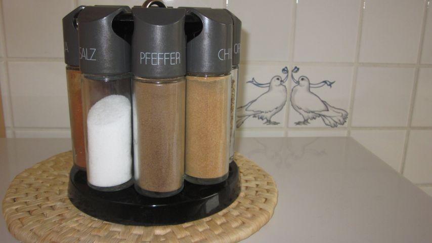 Grundgewürze, mehl, Zucker, Salz etc. ist vorhanden