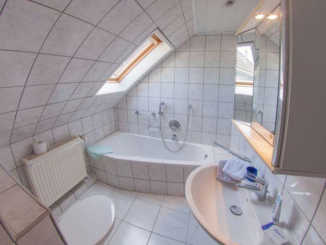 Bad 1 mit Badewanne / WC