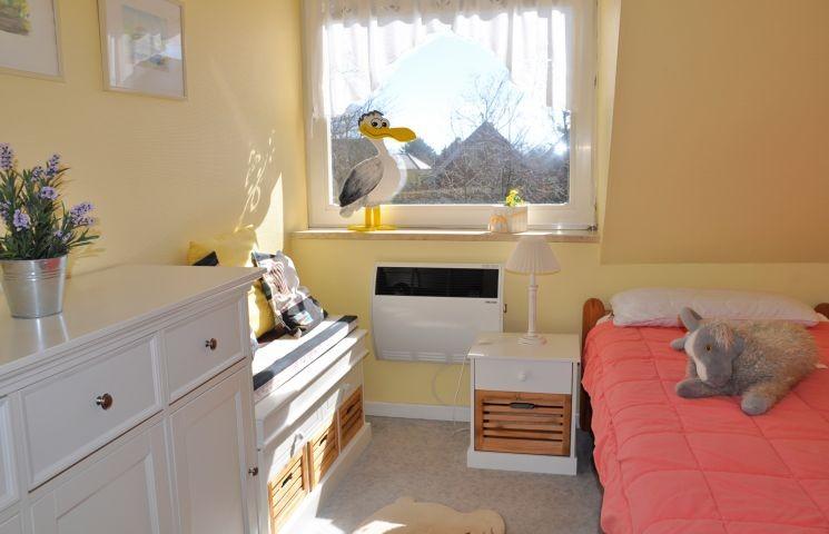 Schlafzimmer mit einem Einzelbett im OG