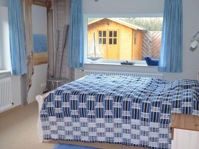 """Das schicke ,,friesische"""" Schlafzimmer mit Doppelbett..."""