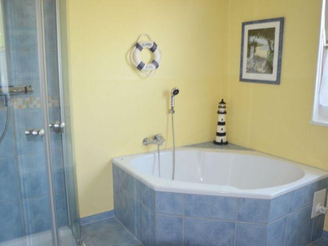 Ansprechendes Fenster-Bad mit Wanne und Dusche...