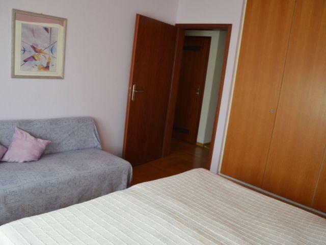 Das erste Schlafzimmer mit Doppelbett