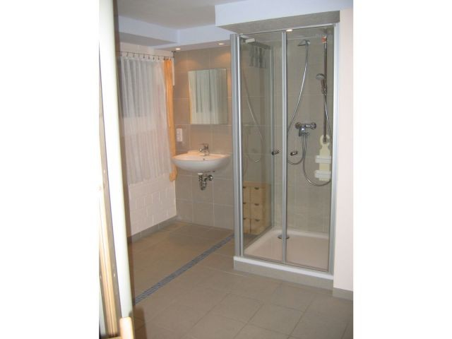 Duschbereich im Saunakeller