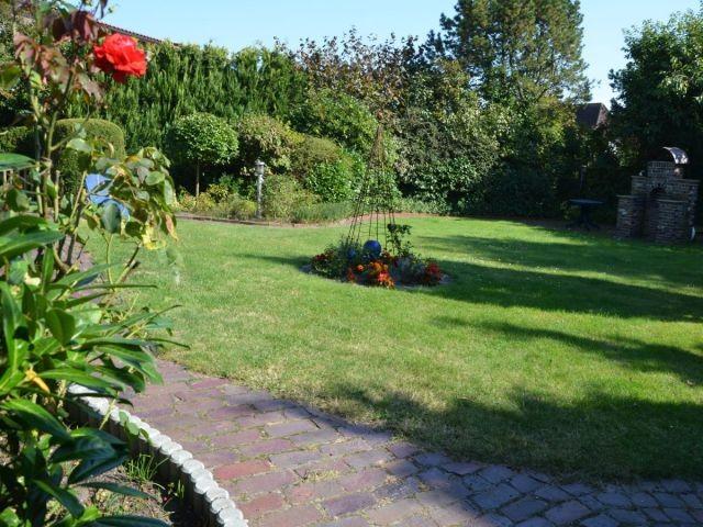 Großer Gartenbereich mit Grillkamin