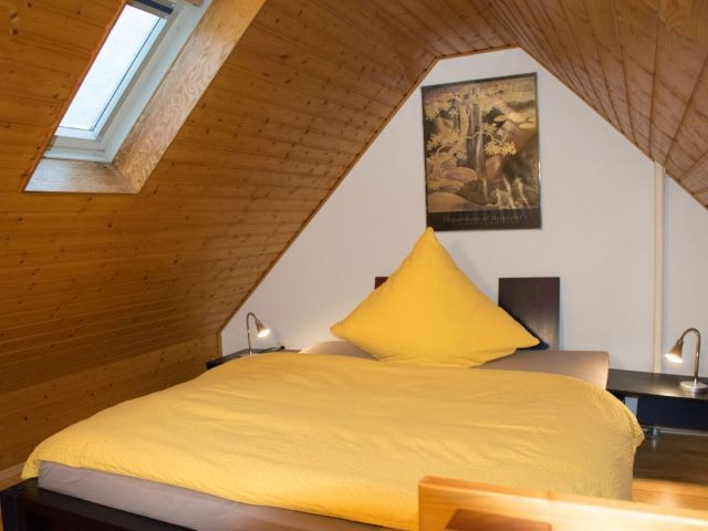 Schlafraum 2 mit Doppelbett im Dachgeschoss