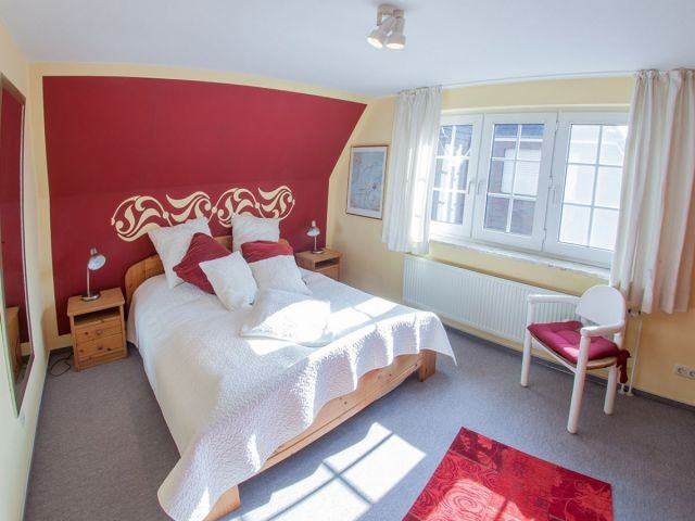 Das schicke Schlafzimmer mit Doppelbett