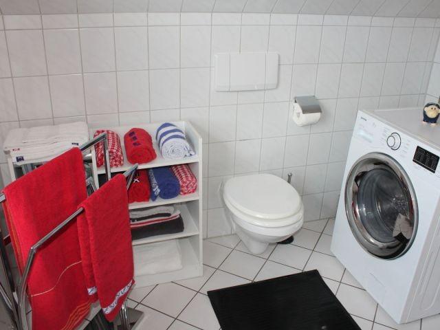 Das Tageslichtduschbad mit Waschmaschine...