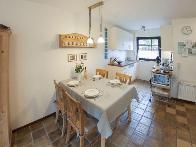 Küchenzeile und vorgelagerter Esstisch