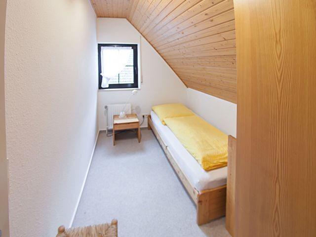 Schlafzimmer 3 mit Einzelbett und Stauraum