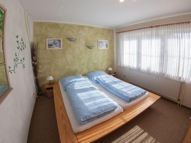 Schlafraum 1 mit Doppelbett...