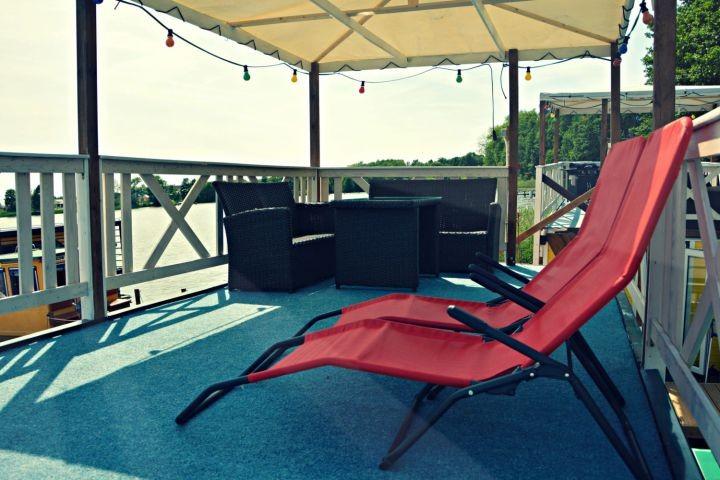 Sonnendeck mit überdachter Lounge und Sonnenliegen
