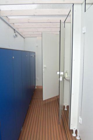 Sanitärfloss am Steg mit Duschen und WC. Auf dem Boot eigenes WC und Waschbecken