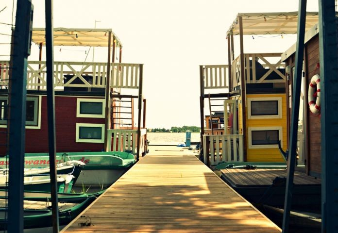 Steg mit Booten und den Ferienflössen