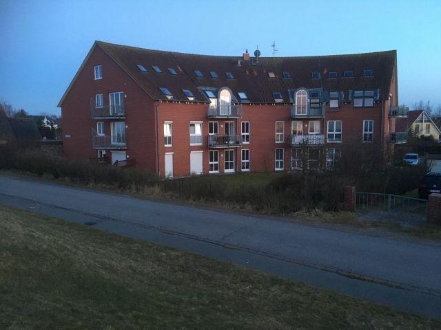 Außenansicht des Apartmenthauses in der Dämmerung