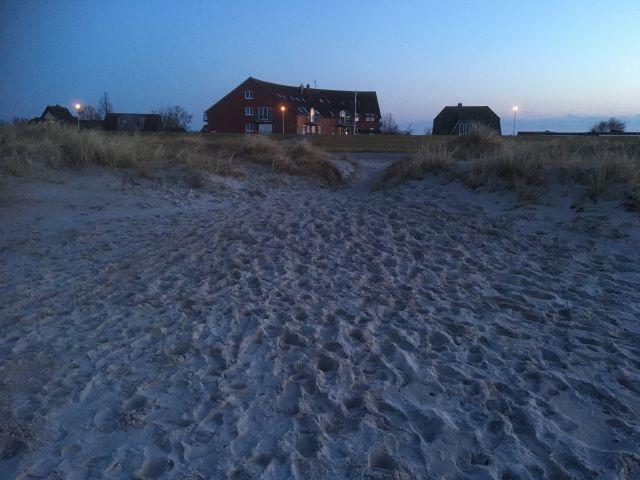 Blick vom Strand auf das Apartmenthaus