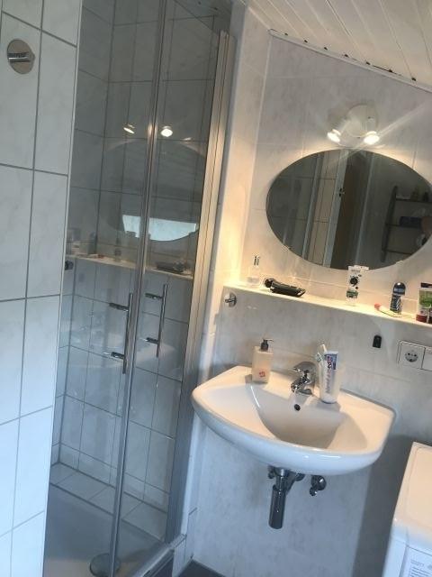 Das Bad mit Fenster ist hell und freundlich, ein zusätzliches WC läßt keine Wartezeiten aufkommen.