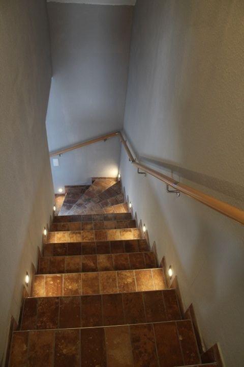 beleuchteter Treppenaufgang zur Ferienwohnung