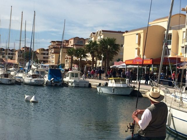 Yachthafen mit Restaurants und Geschäften