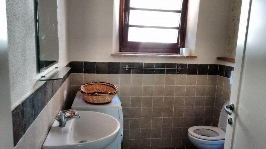 Bad mit Duschkabine, WC und Bidet und Waschmaschine