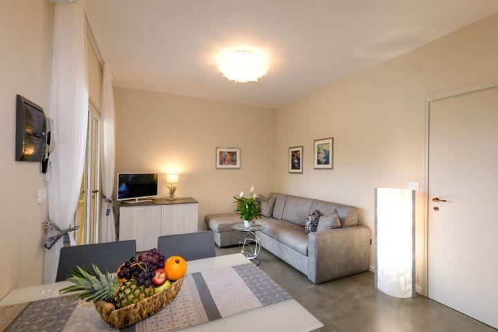 Blick in den Wohnbereich mit ausziehbarer Couch