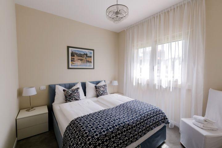 das Schlafzimmer mit Luster