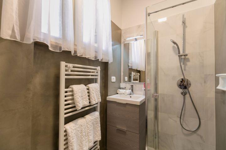 das Badezimmer teilweise in Marmor