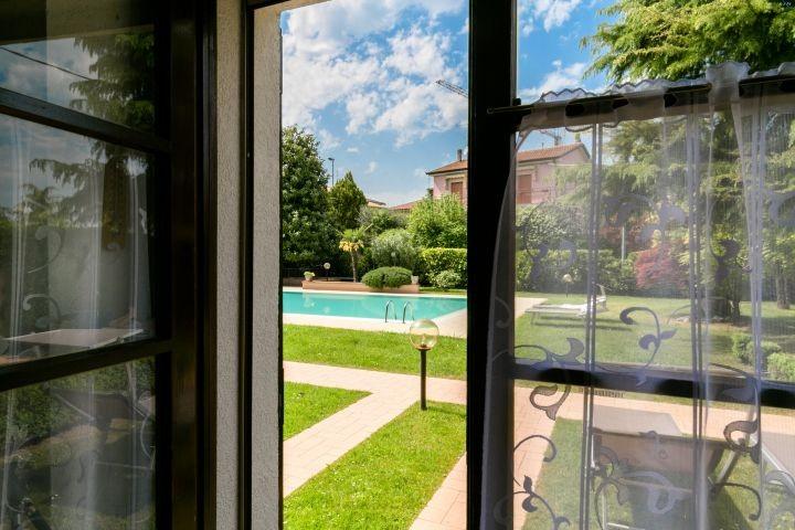 Blick vom Wohnraum zum Garten und Pool
