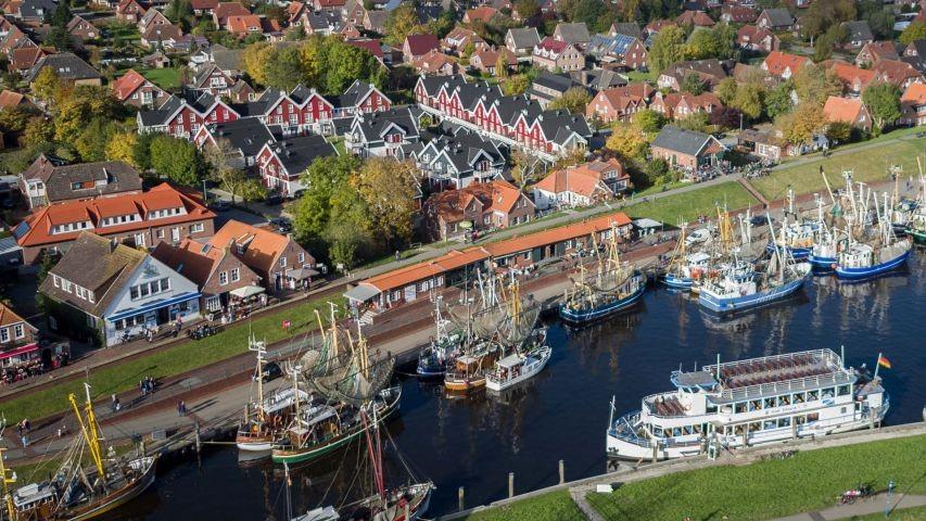 Der Blick über den Hafen auf das Hafendorf