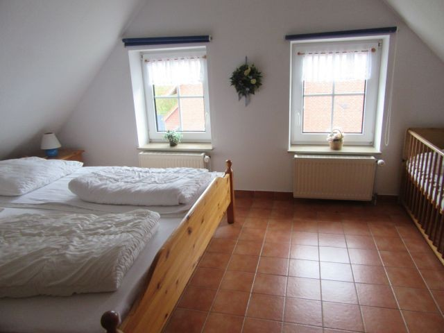 Schlafzimmer 2 mit Kinderbett