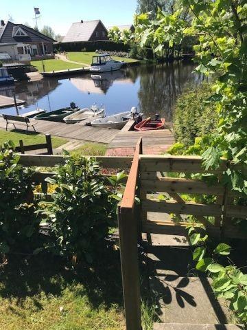 der eingezäunte Garten mit Zugang zum eigenen Bootssteg