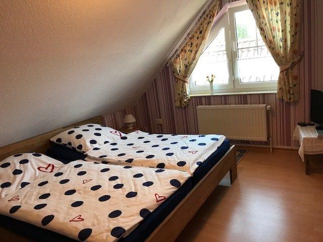 Schlafzimmer 1:  ein Doppelbett und  ein Einzelbett. 1. Etage