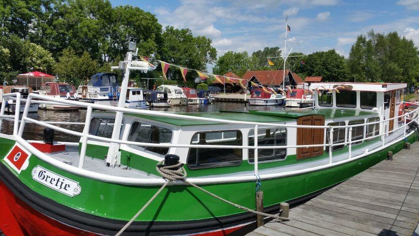 Ausflugsschiff am Timmeler Hafen