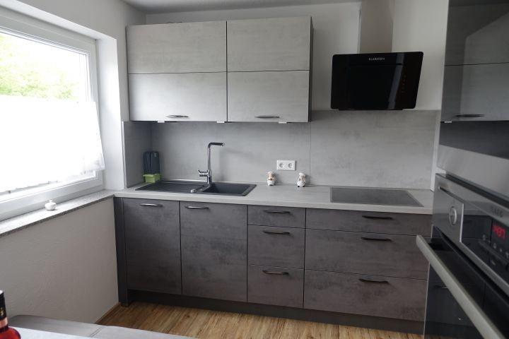 Küche mit Ceranfeld und Spülmaschine