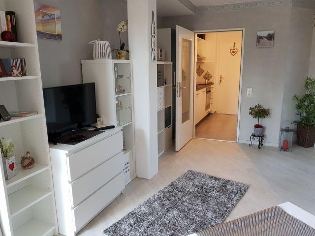 Wohnzimmer Blick in die Küche/Flur