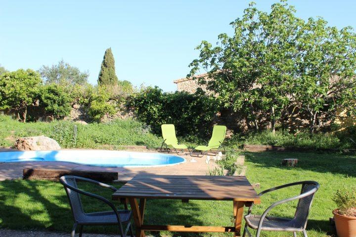 Umzäunter Garten mit kleinem Pool