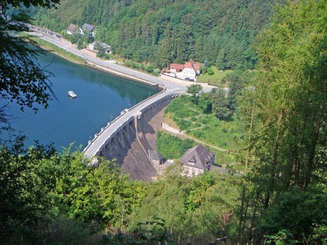 Blick vom Eisenberg auf die Staumauer