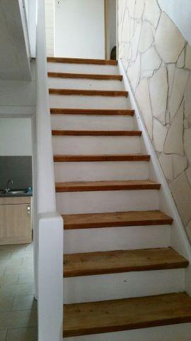 geschlossene Holztreppe ins OG