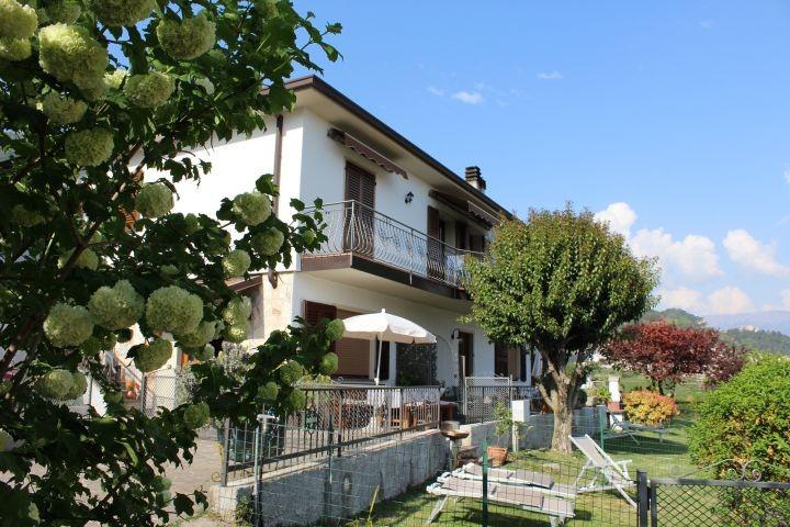 Hausansicht mit Terrasse und privatem Gartenanteil