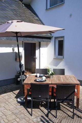 Terrasse mit Platz für 4 Personen und Sonnenliegen