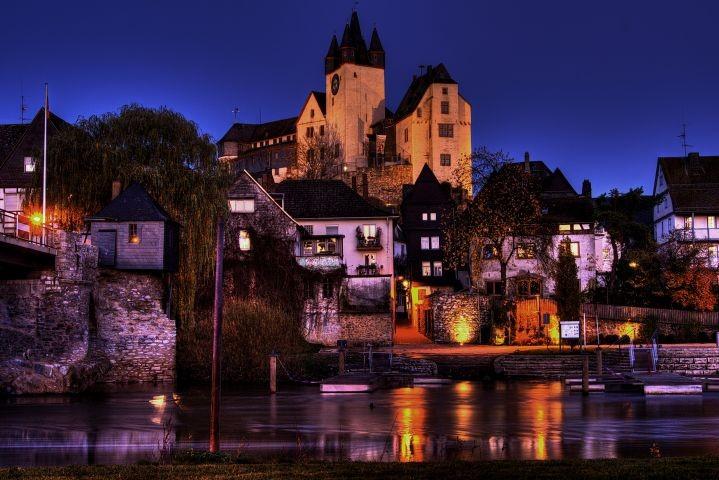 Grafenstadt Diez bei Nacht mit dem Grafenschloss an der Lahn