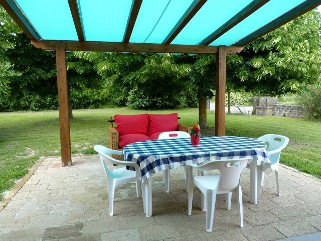 Gartensitzplatz vor dem Kücheneingang mit Markise / Sonnenstore