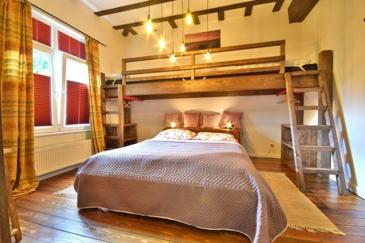 Schlafzimmer mit Doppelbett   2 Einzelbetten