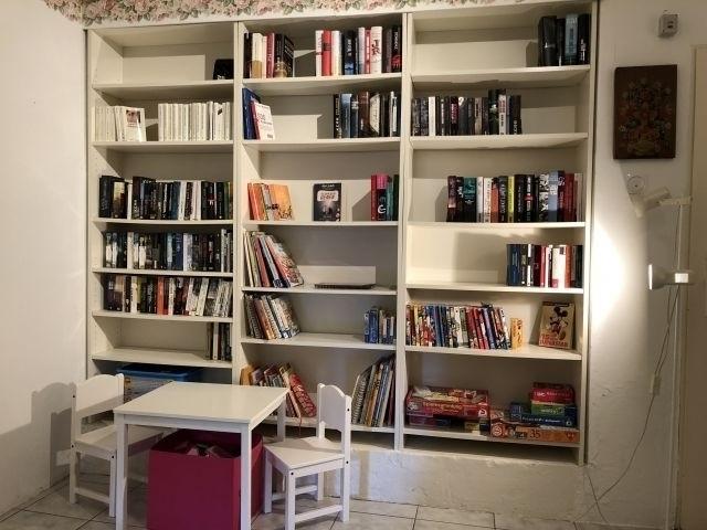 Bibliothek im Haus mit Sitzgelegenheiten für den Nachwuchs