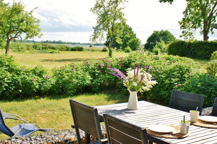 Garten mit Boddenblick
