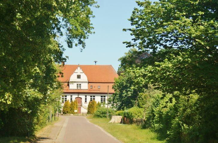 Dorfstraße mit dem Arndt-Haus