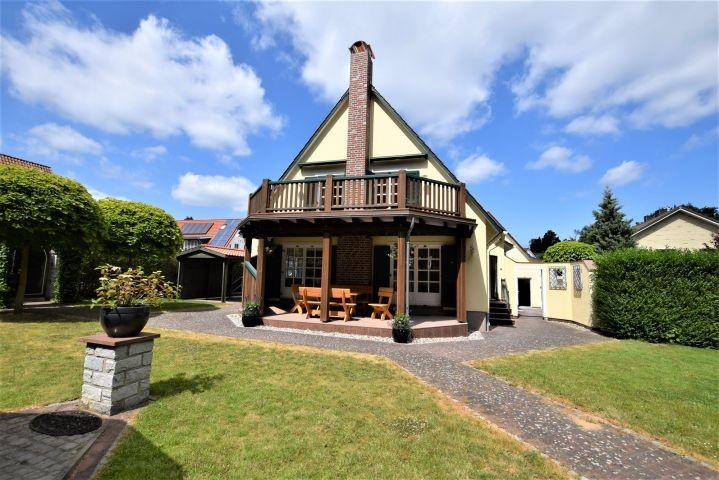 Blick auf die Vorderfront des Hauses mit Überdachter Terrasse