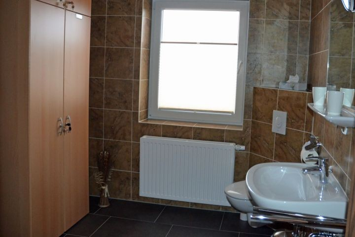Badezimmer mit Anschluss Schlafzimmer unten