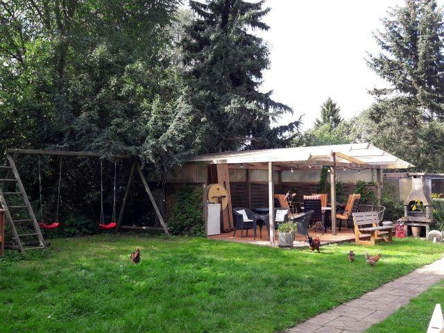 Garten mit Schaukel, Grill und überdachter Terrasse