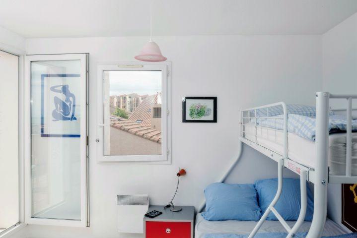 ein Schlafzimmer mit Etagenbett für 3
